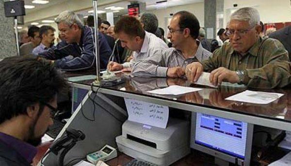 بازی با اعصاب مردم / مشتریانی که از بانکها فرار میکنند