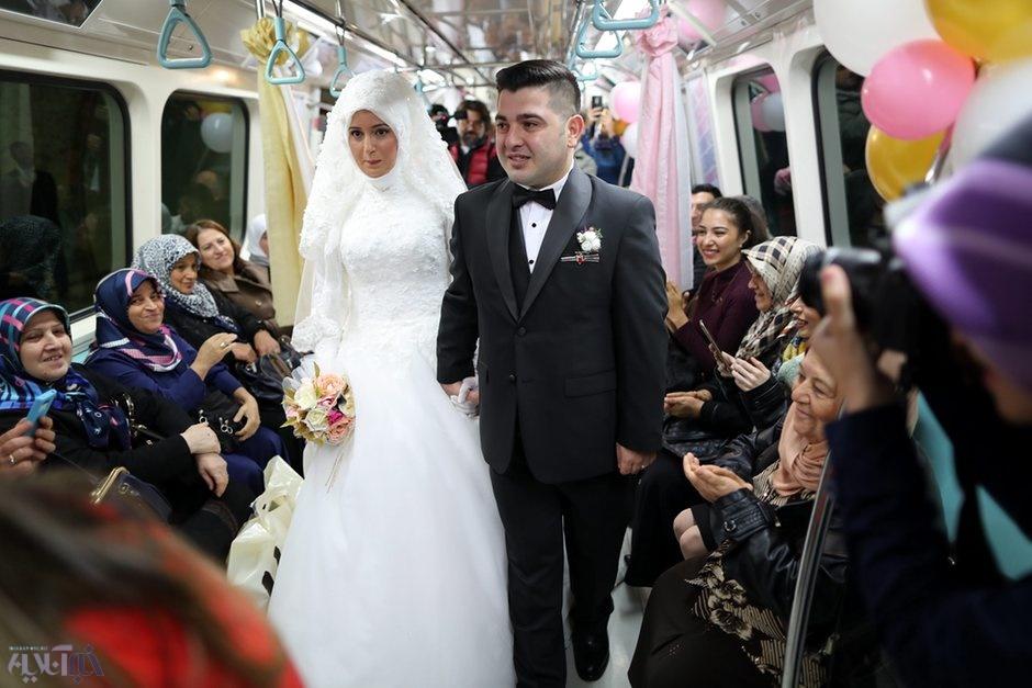 عروسی زوج جوان در مترو +عکس
