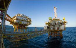 کاهش برداشت نفت ایران از میادین مشترک نفتی