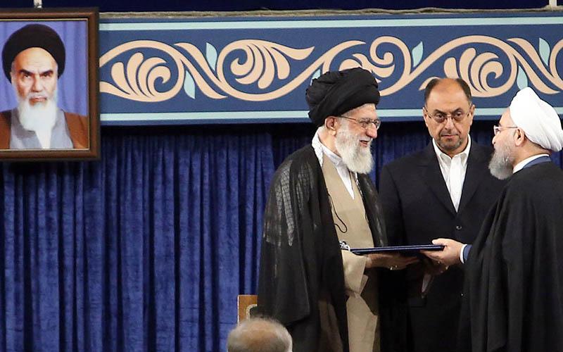 رهبر انقلاب رای ملت ایران را به رئیسجمهور تنفیذ کرد