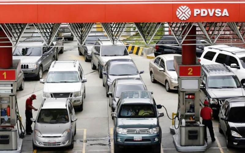 صفهای بنزین در ونزوئلا هر روز طولانیتر میشود
