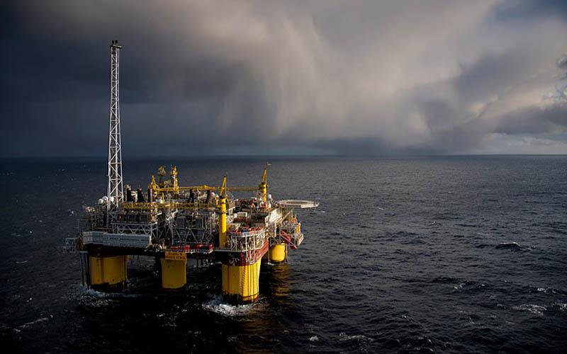 لزوم افزایش تولید نفت کشور از طریق قراردادهای خارجی