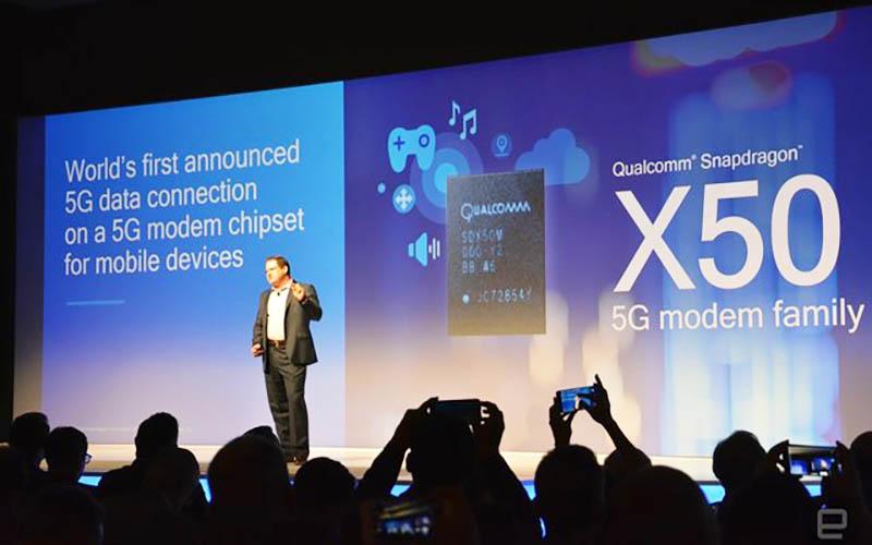 یک سال پس از این که کوالکوم اولین مودم 5G خود یعنی Snapdragon X50 را معرفی کرد، این شرکت یک نسل جدید تلفن همراه را تولید میکند. کوالکوم امروز اعلام کرد که اولین شبکه اتصال داده 5G را با استفاده از X50 ساخته است که با استفاده از طیف موج میلیمتری 28 گیگاهرتز توانستند به سرعتهای گیگابیت دستیابی پیدا کنند. علاوه بر این، این شرکت همچنین نخستین طراحی مرجع گوشی هوشمند 5G خود را معرفی کرد که به تولیدکنندگان تلفن همراه کمک میکند تا کار خود را برای ساخت گوشیهای جدید از همین سال جاری آغاز کنند. در حالی که اخبار شبکه 5G هیجان انگیز به نظر میرسد، فناوری جدید کوالکوم نشانهای است که رؤیای کاربران برای استفاده از شبکه 5G در حال پیوستن به واقعیت است. کوالکوم همچنین یک آنتن موج میلیمتری کوچک را که اندازه نیکل است و به طور چشمگیری کوچکتر از طرحهای رقابتی است، توسعه داده است. کوالکوم سال گذشته ادعا کرد X50 میتواند سرعت را تا 5 گیگابیت بر ثانیه تجربه کند، اما این سرعتها بسیار دور است از آنچه ما در ابتدا برای استفاده از 5G در نظر میگیریم. طبق گفتههای کوالکوم، مشخصات 5G میتواند بسیار زودتر از آنچه فکر میکنیم، حاصل شود. اولین نسخه به احتمال زیاد در ماه دسامبر به پایان خواهد رسید و این شرکت انتظار دارد که گوشیهای 5G در نیمه اول سال 2019 به کاربران برسد. طرح کوالکوم به عنوان اولین طرح مرجع دستگاه 5G، نخستین سند اثبات این است که تراشه X50 میتواند در داخل یک گوشی هوشمند جا بگیرد. با این حال، خیلی زود راجع به ظاهر این طرح قضاوت نکنید، زیرا طرحهای مرجع معمولا خیلی زیبا نیستند. آنها بیشتر برای دریافتن شرکتهای دیگر از چگونگی استفاده از فناوری جدید هستند. نسل پنجم شبکه تلفن همراه (5G)، استانداردهای پیشنهادی برای نسل جدید ارتباطات سیار است که پس از نسل چهارم شبکه تلفن همراه فعلی ارائه میشود. برنامهریزی آن بر افزایش سرعت اتصال اینترنت از سمت اپراتورها به میزان ۲۰ گیگابیت، به همراه افزایش ظرفیت بیشتر نسبت به نسل چهارم هدفگذاری شده است که اجازه میدهد حداقل یک میلیون کاربر بیشتر با ارتباطات باندپهن سیار در هر واحد سطح شبکه در هر کیلومتر مربع به شبکه متصل باشند. هر کاربر باید در شلوغترین حالت حداقل ۱۰۰ مگابیت بر ثانیه را تجربه کند که این در استاندارد نسل چهارم قید نشده است. کاهش مصرف انرژی هم معیاری است 