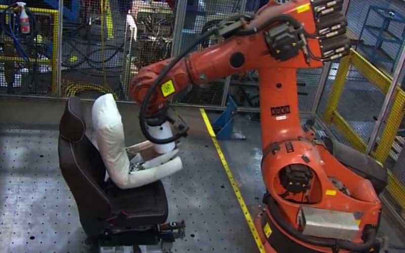 رباتی که راحتی صندلی خودرو را آزمایش میکند