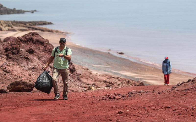 بیشترین زبالههای جزیره هرمز ظروف پلاستیکی هستند