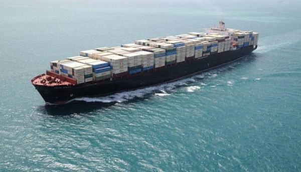 یک کشتی کانتینری در بندر شهید رجایی واژگون شد/ نجات ۱۴ سرنشین +عکس