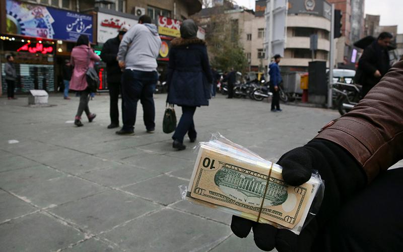 مهاجرت دلالان از بازار ارز / 4 عامل افزایش عرضه ارز در بازار