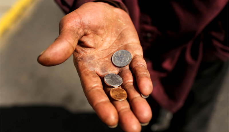 معرفی کتاب اقتصاد فقیر سکه دست فردی فقیر