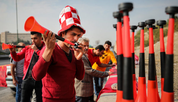 درآمدزایی از حاشیه بازی پرسپولیس/داستان تصویری از بازارهای گرم حوالی استادیوم آزادی