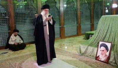 رهبر انقلاب در مرقد امام خمینی (ره) و گلزار شهدا حضور یافتند