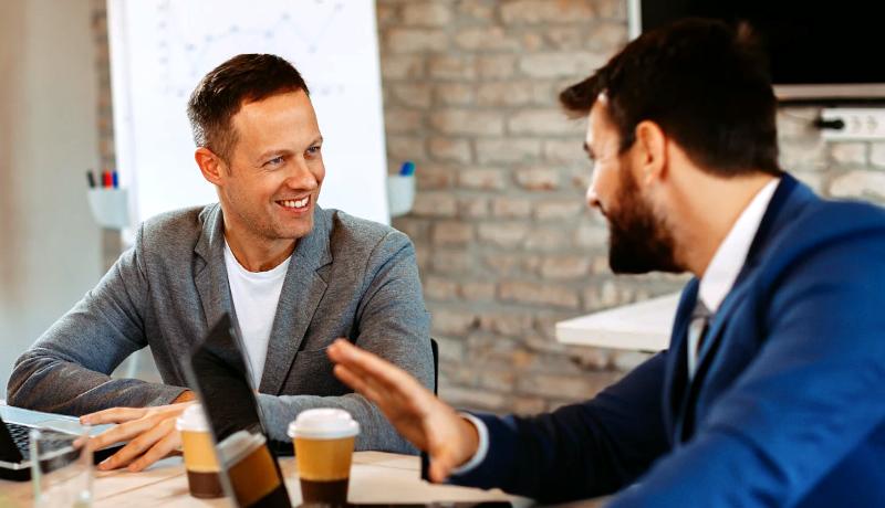 دو مرد حرف زدن انتقاد انتقادپذیری