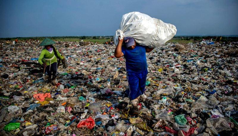 زن مرد چینی جمعآوری زباله