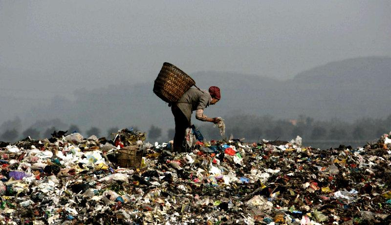 زن چینی جمعآوری زباله