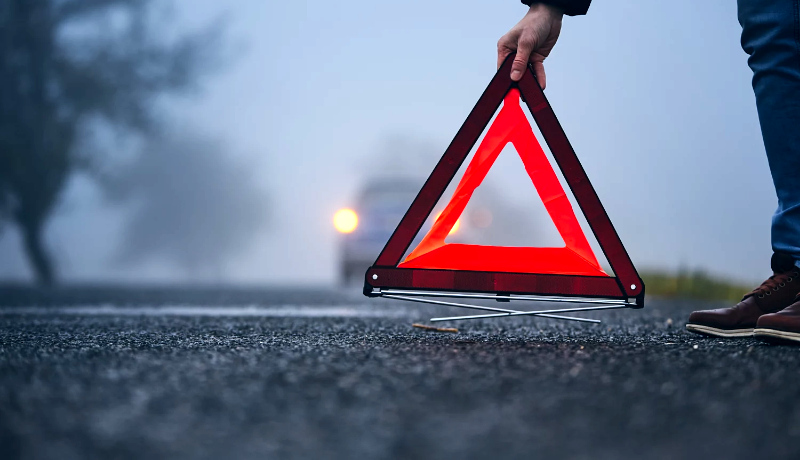 علامت هشدار کنار جاده