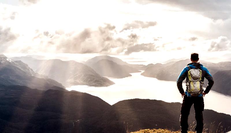 مرد بالای تپه
