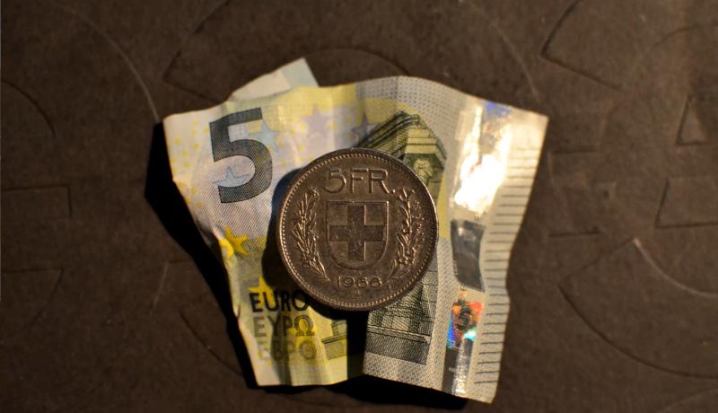 اسکناس ۵ یورویی و سکه ۵ فرانکی