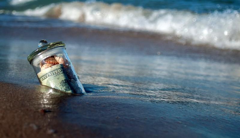 اسکناس یک دلاری درون بطری ساحل