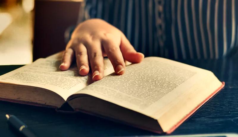دختر مطالعه کتاب