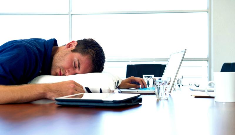 مرد خوابآلوده سر کار