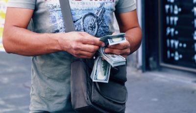 مردم و مسئولان چقدر دلار در خانه دارند؟