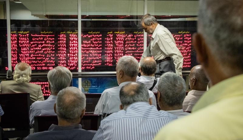 لحظات سخت سهامداران هنگام ریزش 7 هزار واحدی بورس (گزارش تصویری)