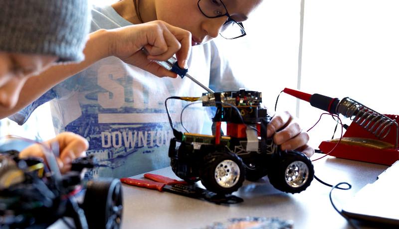 کودک ربات تعمیر