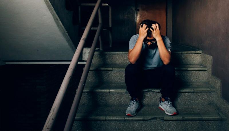 افسرده مرد راه پله
