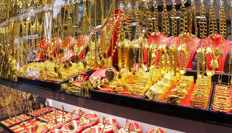 بهای طلا بالاخره پس از ۳ هفته صعودی شد / چه عواملی طلا را یک هفتهای ۱٫۸ درصد گران کرد؟
