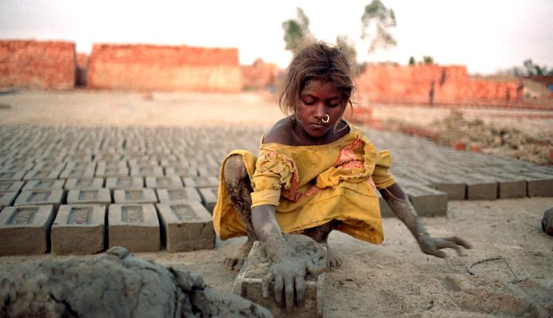 دختربچه کارگاه آجرسازی
