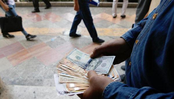 نوسان دلار و بورس در روز محدودیت اینترنتی / معاملهگران در خلأ اطلاعاتی چه کردند؟