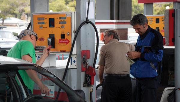 رانندگان پول بنزین اضافه میدهند؟ / آیا جایگاهداران در سوختگیری تخلف میکنند؟