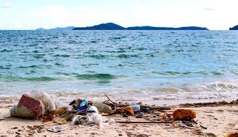 پلاستیک در ساحل دریا