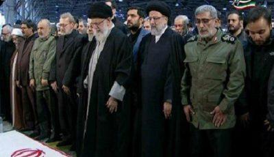 رهبر انقلاب نماز را بر پیکر شهیدان سلیمانی و المهندس اقامه کردند