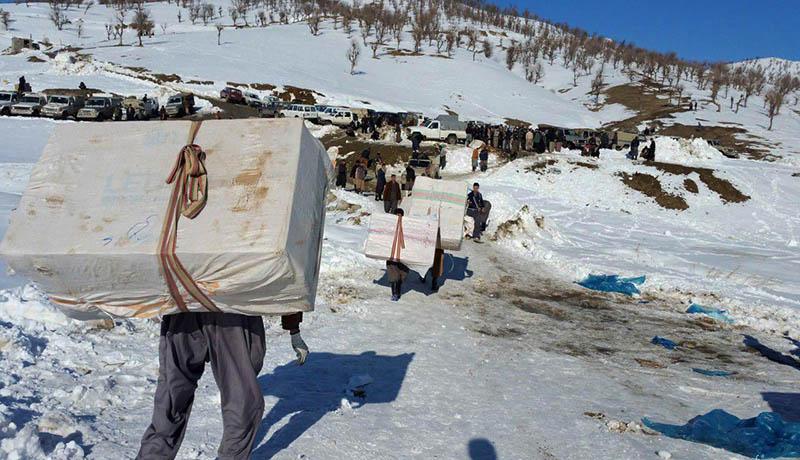 گزارش میدانی از زندگی کولبران در برف سنگین