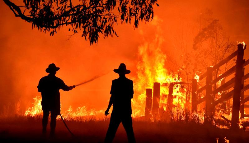 آتشسوزی دو مرد خاموش کردن