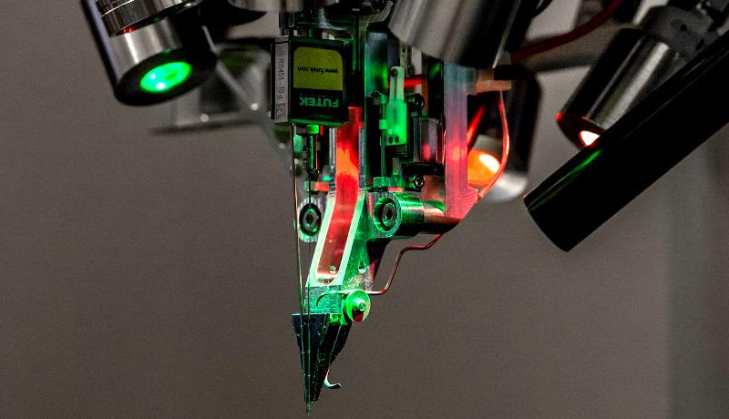 ربات کاشت الکترود نیورالینک