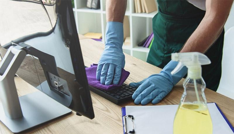 تمیز کردن میز کار برای مقابله با ویروس کرونا