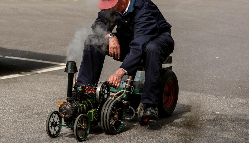 موتور بخار کوچک مرد سوار قطار