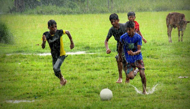 بازی فوتبال کودکان زیر باران