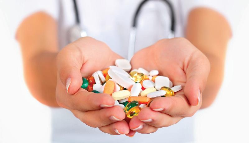 قرص دارو در دست
