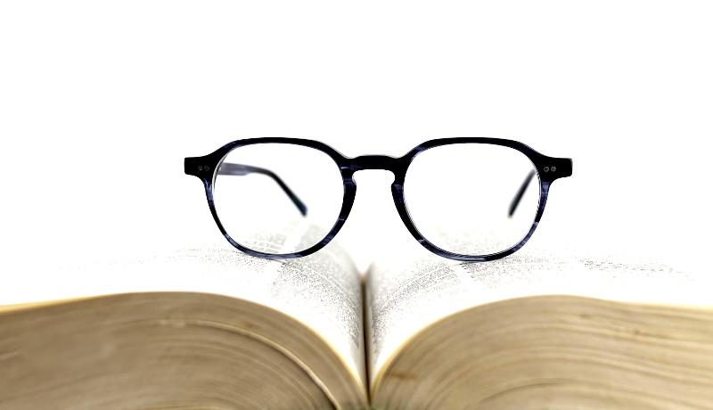 عینک روی کتاب