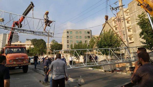 سقوط دکل مخابراتی در خیابان حکیمیه تهران