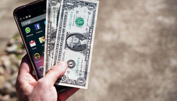 ممنوعیت واردات گوشی موبایل بالای ۳۰۰ یورو چگونه دلار را گران میکند؟