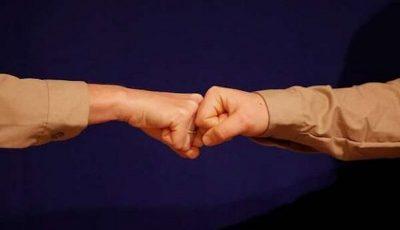 سلام دادن با «مشت» هم میتواند کرونا را منتقل کند