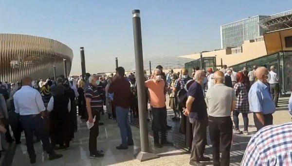 صف طولانی تزریق واکسن در ایران مال / مردم ساعتها در صف ماندند