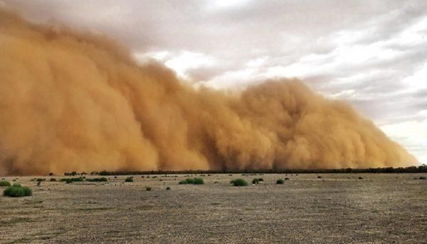 طوفان گرد و خاک در کاشان / منتظر طوفان در استانهای دیگر باشیم؟